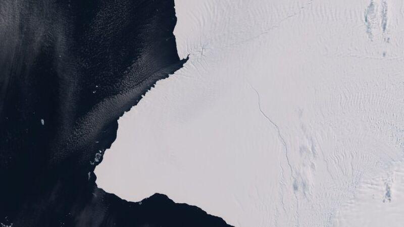 Pęknięcia w lodowcu szelfowym Brunta [ESA (CC BY-SA 3.0 IGO)]