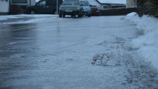 Na wschodzie lód może skuć drogi. Wydano ostrzeżenia