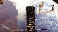 Astronauta podczas misji naprawczej