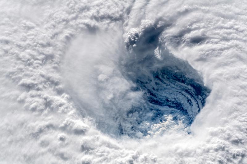 Wirujący kłąb chmur (Alexander Gerst/European Space Agency)