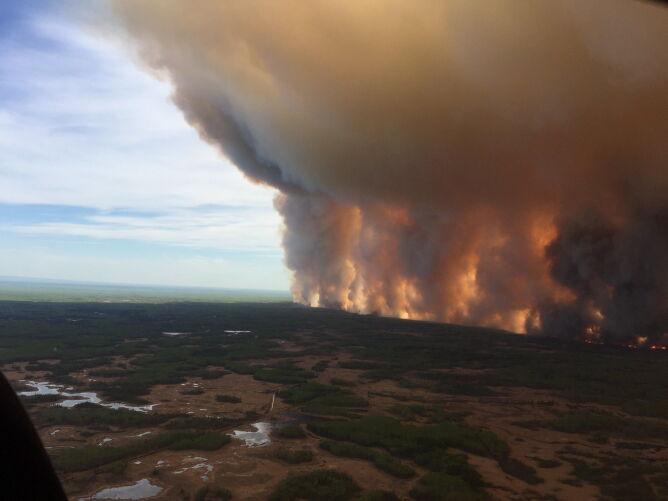 Ściana ognia i dymu w Kanadzie (PAP/EPA/ALBERTA WILDFIRE HANDOUT)