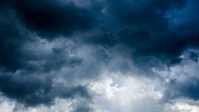 Pogoda na dziś: będzie wędrować strefa z opadami deszczu, znów zagrzmi
