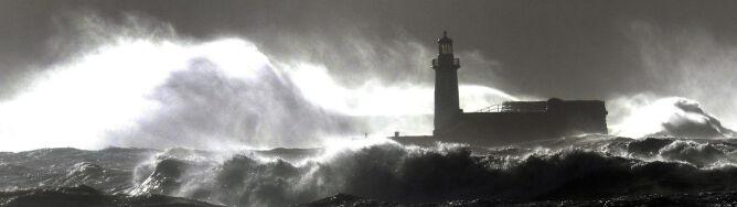 """""""Bomba pogodowa"""" nie słabnie. W Szkocji wiało z prędkością 180 km/h"""